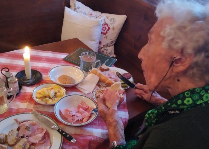 Demenzbetreuung selbstbestimmt ermutigt und begleitet Menschen mit Demenz, wie diese Seniorin, die sich an einem köstlichen, zu Hause gekochten Menü erfreut.